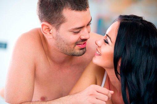 двойка усмихваща се 1 на друг след секс